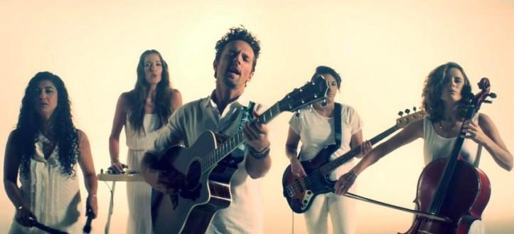 """Jason Mraz e a banda Raining Jane no clipe de """"Love Someone"""""""