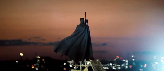 Logo após vemos um Batman vigilante, no topo de uma torre, com um rifle olhando a cidade.